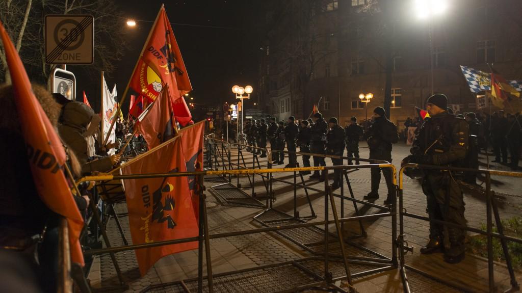 Auch für die Presse war zu Pegida kein durchkommen. Die Pegida-Demonstranten standen nicht nur sprichwörtlich mit ihrer Meinung alleine. Foto: Stefan Fries