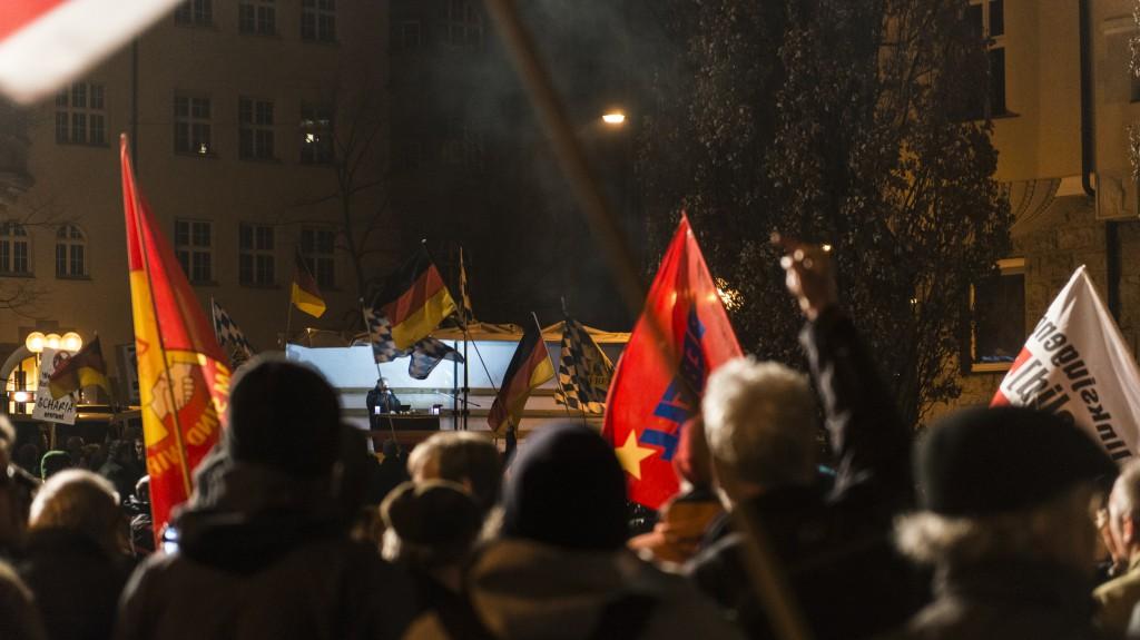 Die Emotionen sind stark. Die Meinung zur Haltung Pegidas ist bei den Gegendemonstranten klar. Foto: Stefan Fries