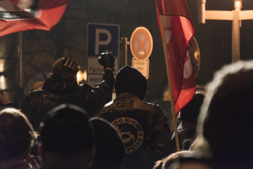 Am Ende der vierten Kundgebung der Nürnberger Pegida standen 50 Teilnehmer rund 500 Gegendemonstranten gegenüber. Foto: Stefan Fries