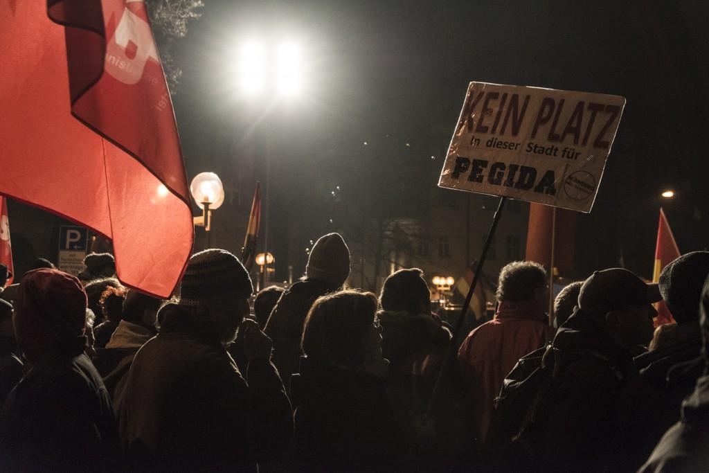 Gegner von Pegida formieren sich. Mit Trillerpfeifen, Gesang und Megaphonen wurde versucht die Reden der Pegida Sprecher zu stören. Foto: Stefan Fries