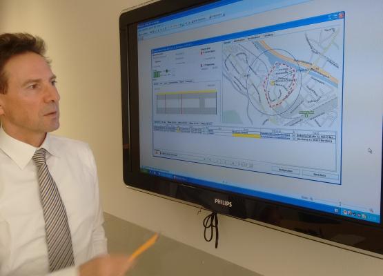 Karl Geyer vor einem Screenshot von Precobs