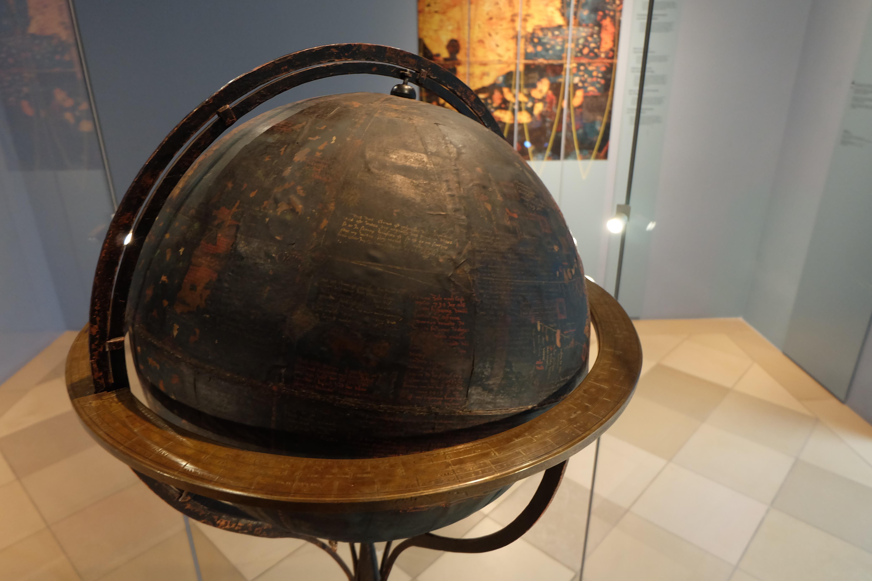 Die zahlreichen langen Inschriften auf dem Behaim-Globus