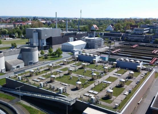 Blick von einem der Faultürme auf einen Teil des Klärwerks 1 in Nürnberg