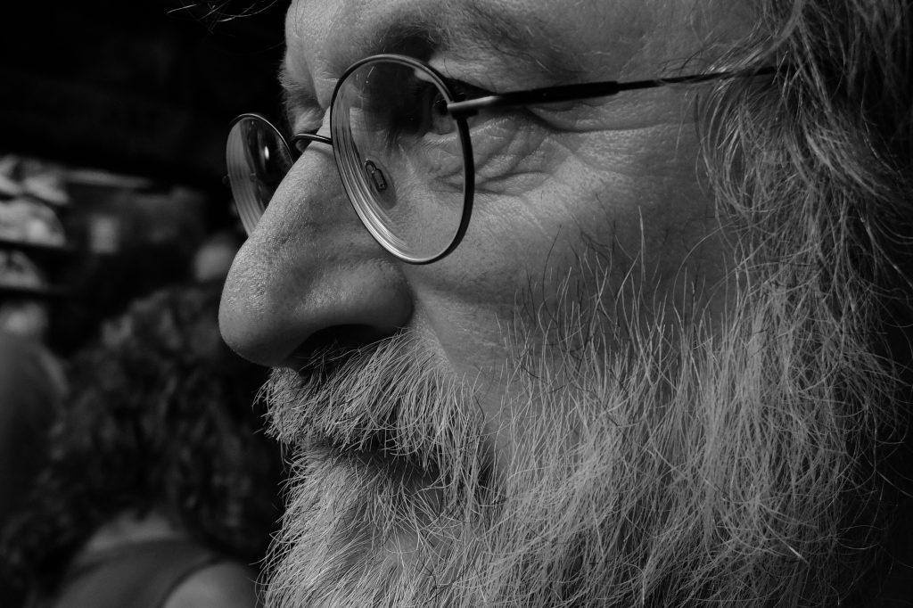 Seitenansicht in schwarz weiß von Hugo Walser. Bärtig und eine runde Brille