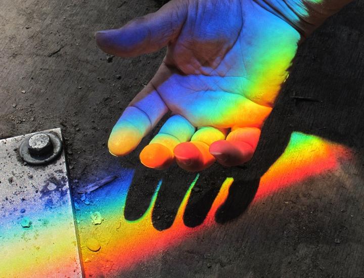 Lichtbrechung, die durch ein Wasserprisma entsteht.