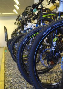 Junge Kundschaft kauf gerne E-Mountainbike. (Foto: Beatrix Schenk)