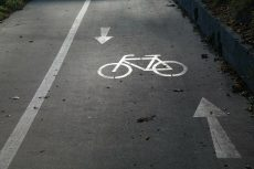 Bild eines asphlaltierten Radweges