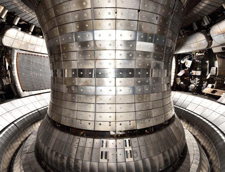 Das Innere der Fusionsforschungsanlage Asdex Upgrade. Silberne Kacheln bedecken den Boden und die Wände. Hier wird es bis zu 150 Millionen Grad heiß