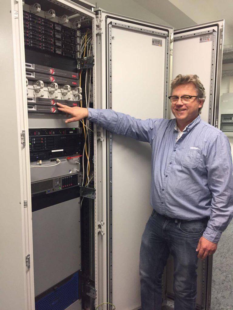 Netzwerkspezialist Thomas Langer zeigt die nötigen Server um alle Access Points zu verwalten. (Quelle: Denise Heller)