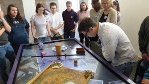 Bei der Exkursion ins Germanische Nationalmuseum durften die Studierenden Nachbauten der Exponate selbst ausprobieren. Foto: Julian Hörndlein
