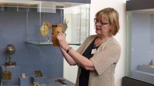 Museumsführerin Brunhild Holst zeigt eine Zylindersonnenuhr. Foto: Julian Hörndlein