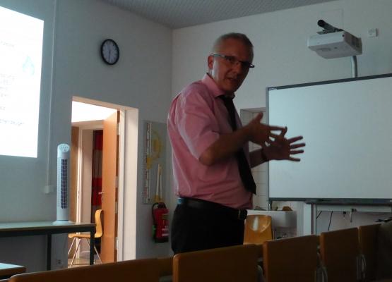 Professor Ralf Bogdanski bei seinem Vortrag über nachhaltige Adresszustellung. Foto: Julian Hörndlein