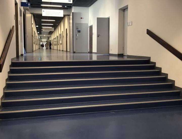 Für Menschen mit Behinderung ein unüberwindbares Hinternis – der Weg über die Aufzüge dauert 8 Minuten länger.