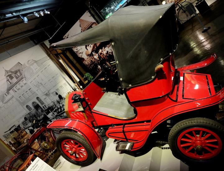 Im Museum Industriekultur in Nürnberg beweist ein Maurer-Union Doktorwagen seine Steigfähigkeit.