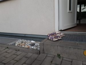 Kindersandalen vor Haustür