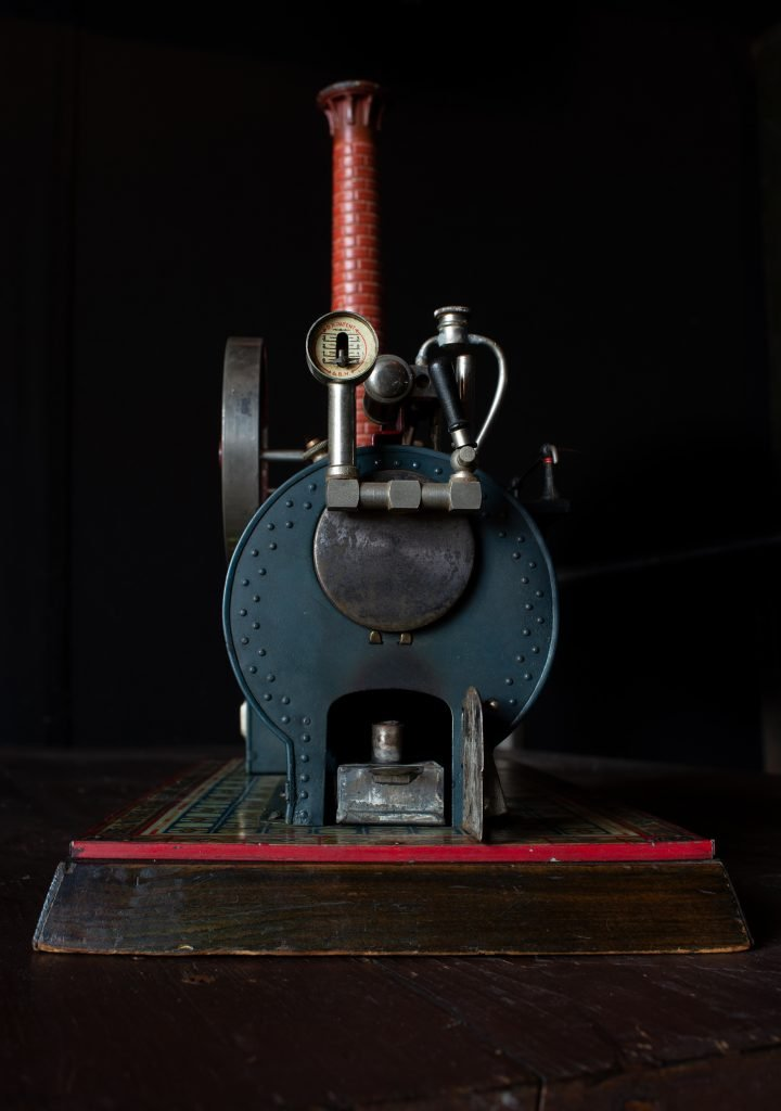 Gut zu sehen: Die Brennkammer, sowie das Manometer zur Dampfdruckanzeige. Foto: Nicolas Fleckenstein