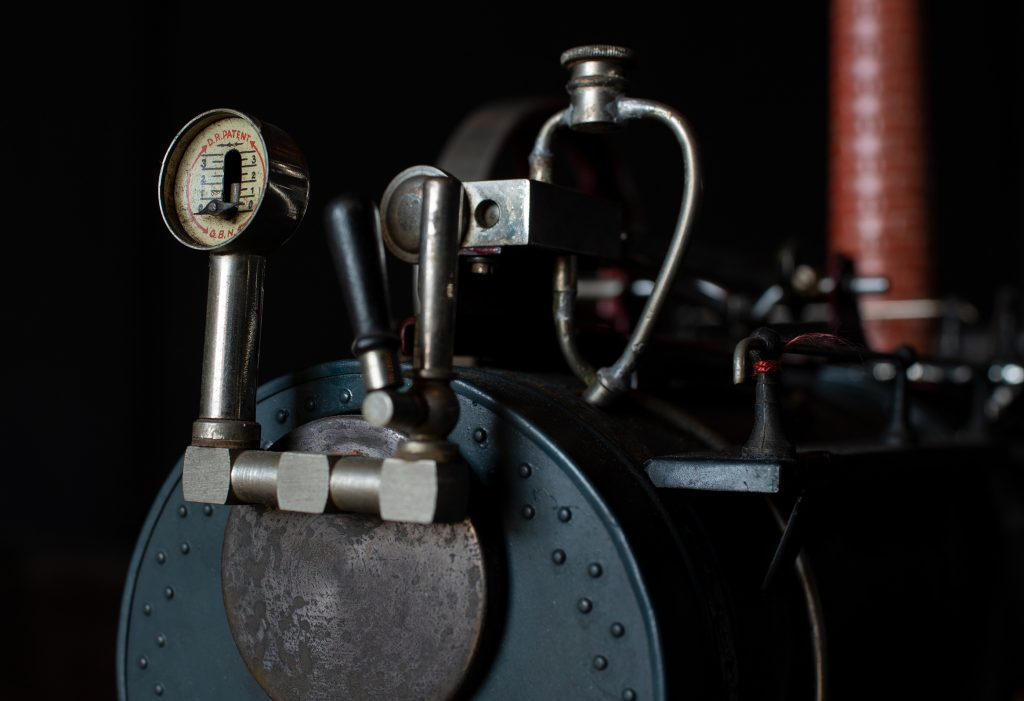 Im Detail: Dampfölschmierer und Steuerelemente Foto: Nicolas Fleckenstein