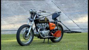 Auf diesem Motorrad kann man sich gemütlich anlehnen - mehr nicht.