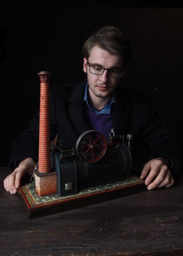 Autor Nicolas Fleckenstein beim Recherchieren am liegenden Fabriklokomobil Foto: Janet Petrovic