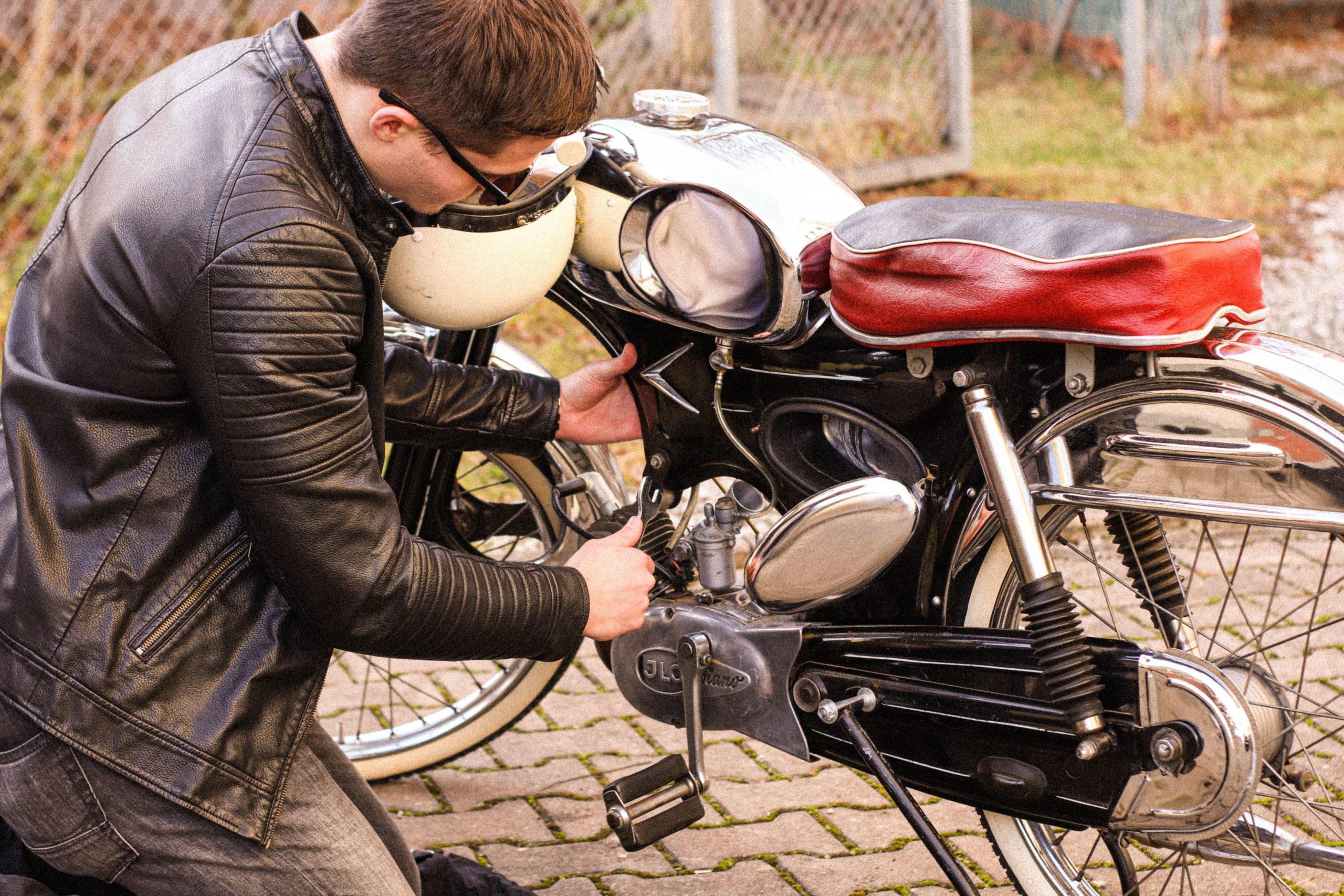 Halbstarker schraubt an Moped Foto: Selina Goller