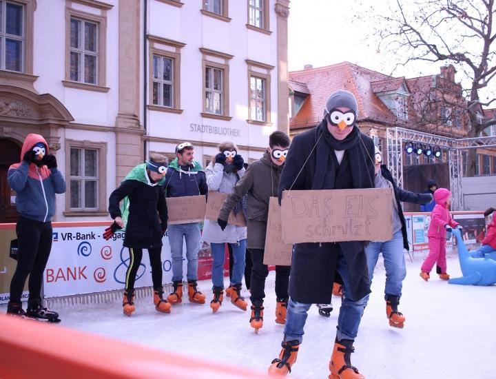 Eislaufen fürs Klima: Die Erlanger FfF Ortsgruppe demonstriert, als Pinguine und Eisbären verkleidet, auf der Eisfläche des Weihnachtsmarktes am Schlossplatz. (Foto: Ronja Dörr)