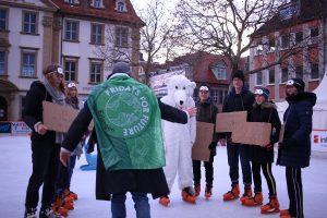 Spaß beim Klimaaktivismus: Die Fridays for Future Ortsgruppe Erlangen demonstriert als Pinguine und Eisbären verkleidet.